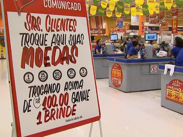 No Supermercado Extra, apesar da opção de troca das moedas por dinheiro, os clientes preferem comprar em cartões de débito e crédito (Foto: Reprodução/EPTV)
