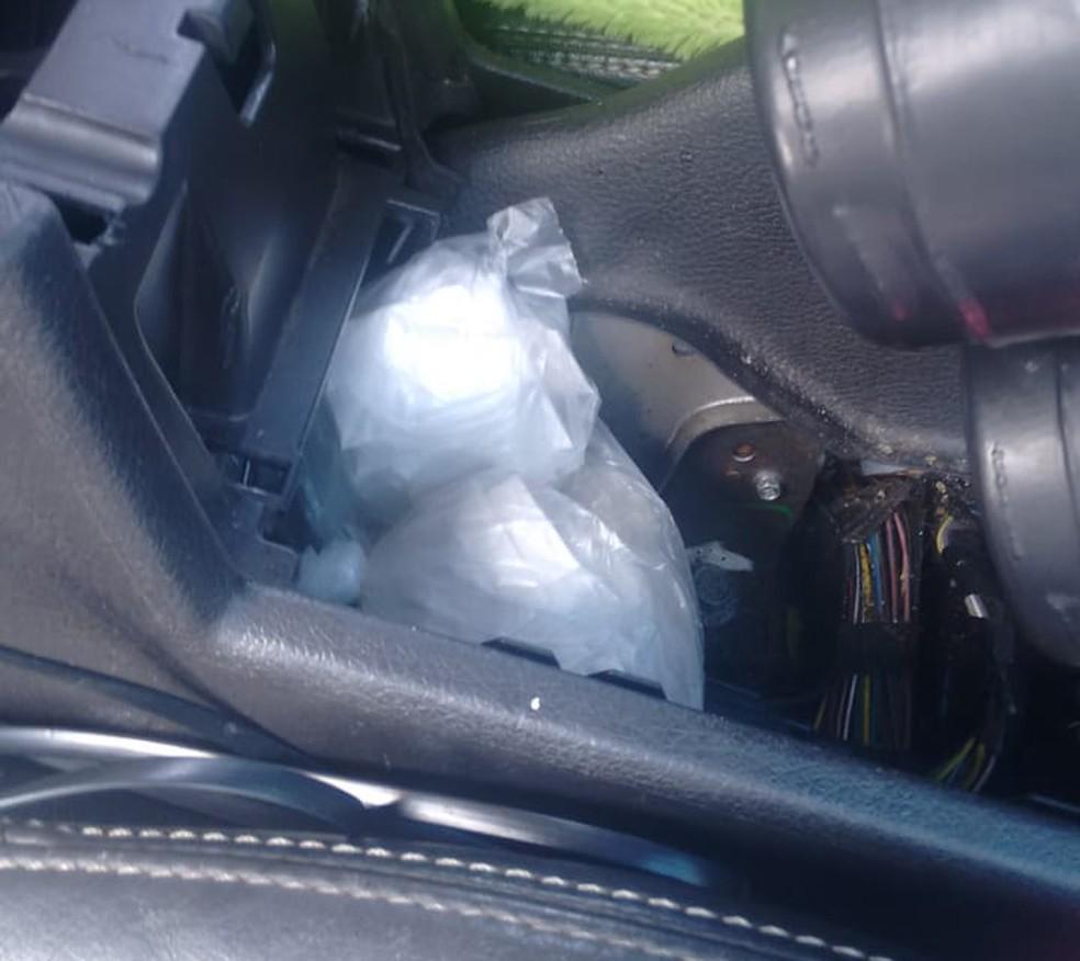 Droga estava escondida dentro do console do veículo — Foto: Polícia Civil/Divulgação