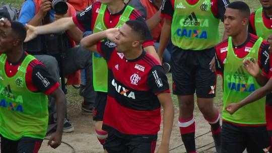 """Craque da galera, """"Touro"""" Vitor Gabriel abraça apelido e define posição: """"Camisa 9"""""""