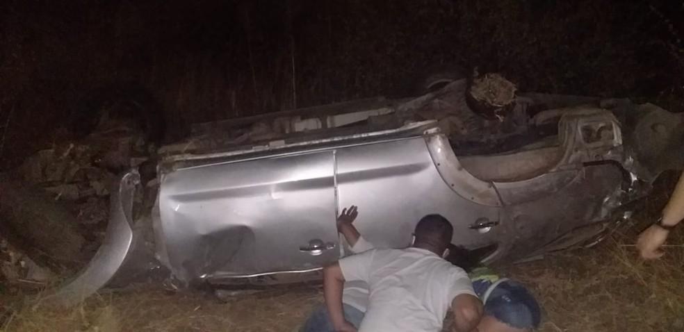 Pessoas tentam ajudar vítimas de acidente antes da chegada do socorro, na BR-226 no RN — Foto: Redes sociais