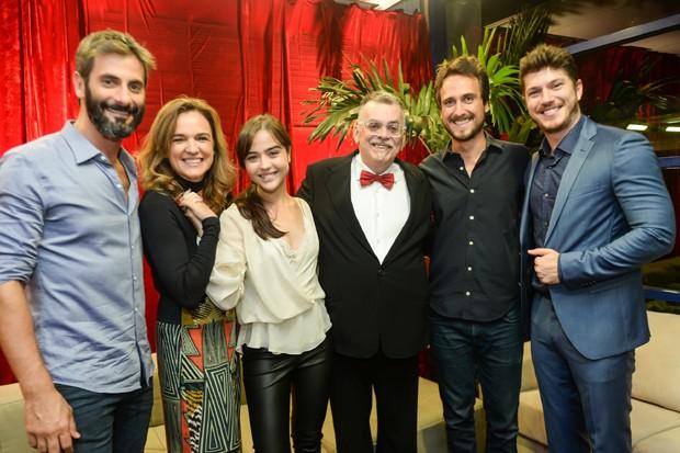 Walcyr Carrasco com parte do elenco e equipe de O Outro Lado do Paraíso (Foto: Globo/Vitor Pollak)