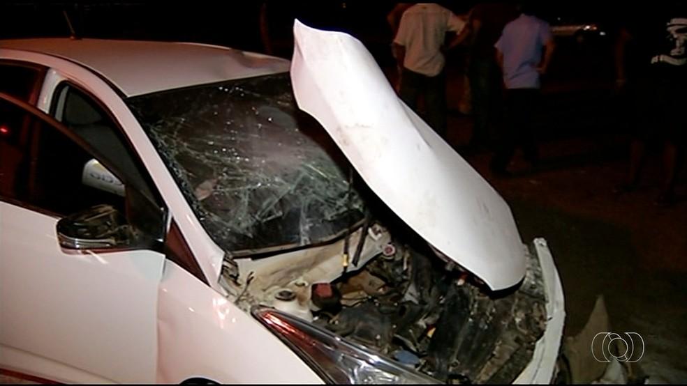 Carro ficou destruído, mas vítima teve apenas fratura em uma das pernas  (Foto: Reprodução TV Anhanguera)