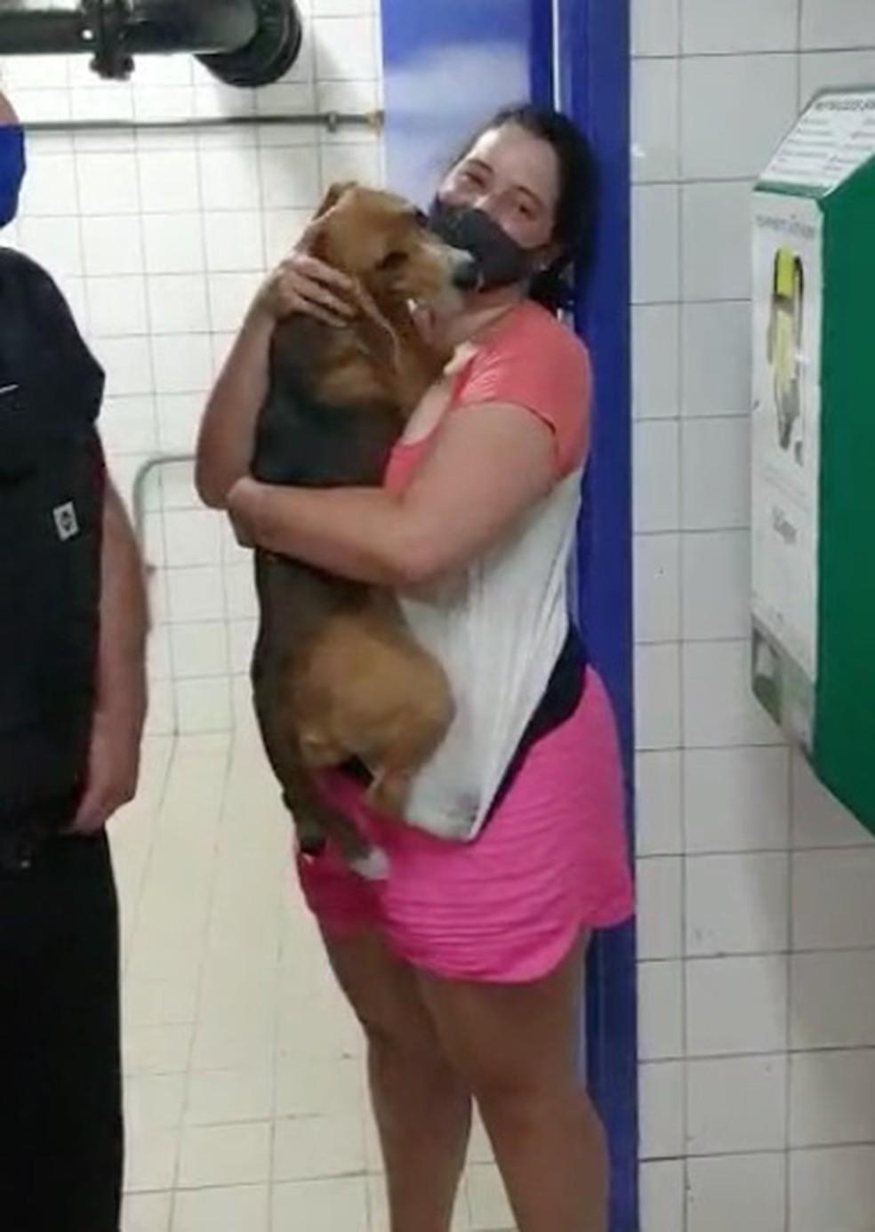 Patrícia Silva reencontra a cadelinha Bailey, que tinha fugido de casa na noite anterior. — Foto: Reprodução