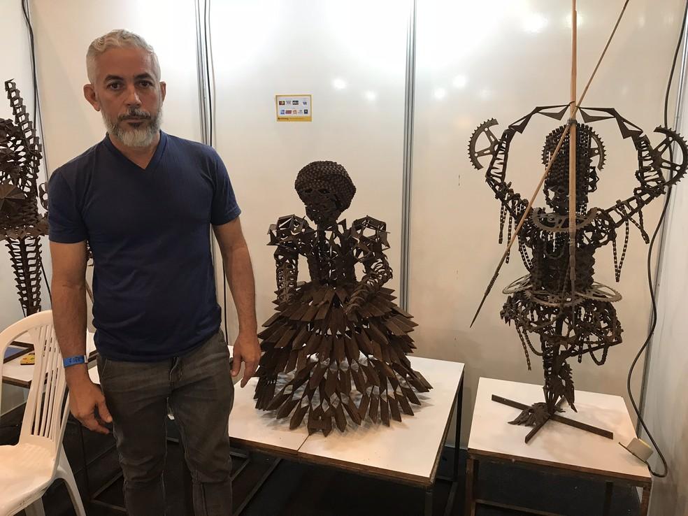 O artesão recifense Paulo Duran cria esculturas com materiais de ferro velho (Foto: Penélope Araújo/G1)
