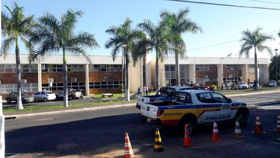Presos são conduzidos para o Batalhão de Polícia Militar em Uberlândia; delegados e policiais civis são conduzidos (Foto: Túlio Amâncio/G1)