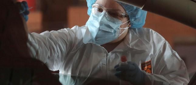 Profissional de saúde faz testagem para coronavírus nos EUA