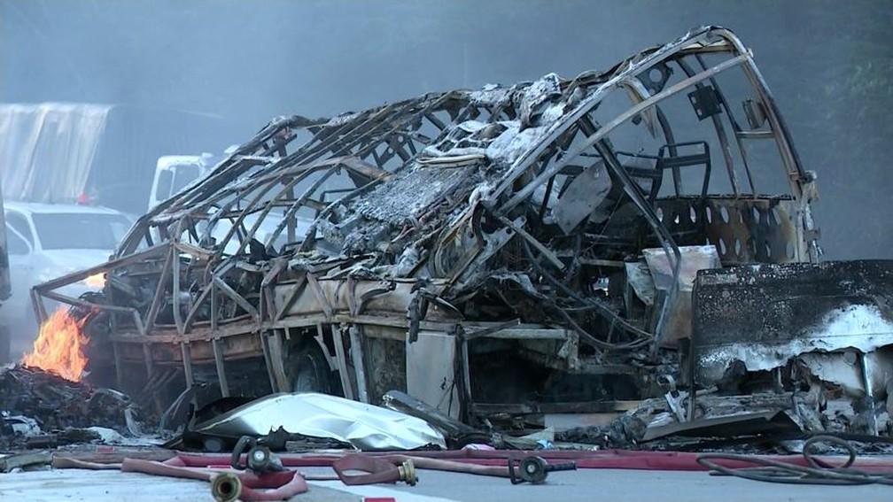 Acidente na BR-101 matou 11 pessoas (Foto: Reprodução/ TV Gazeta)
