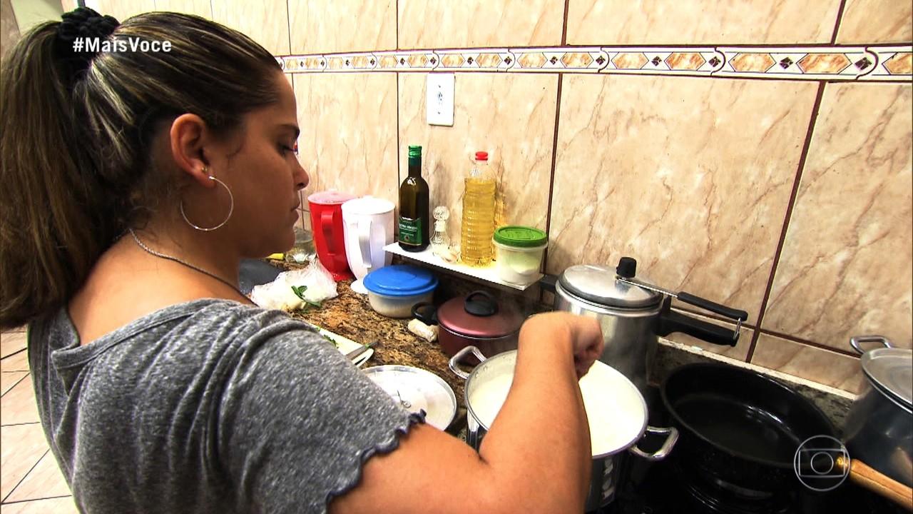 Vanessa começa o preparo do seu jantar 'Chocolate com Pimenta'