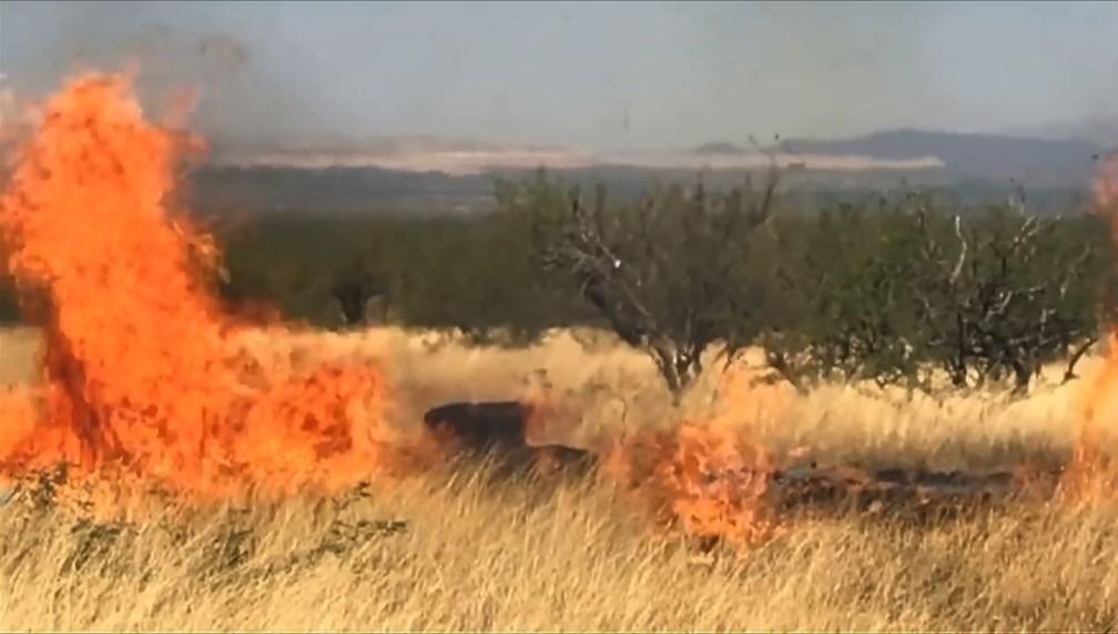 ... mas material inflamável iniciou um incêndio de grandes proporções no Arizona, EUA — Foto: AFP PHOTO / US Forest Service