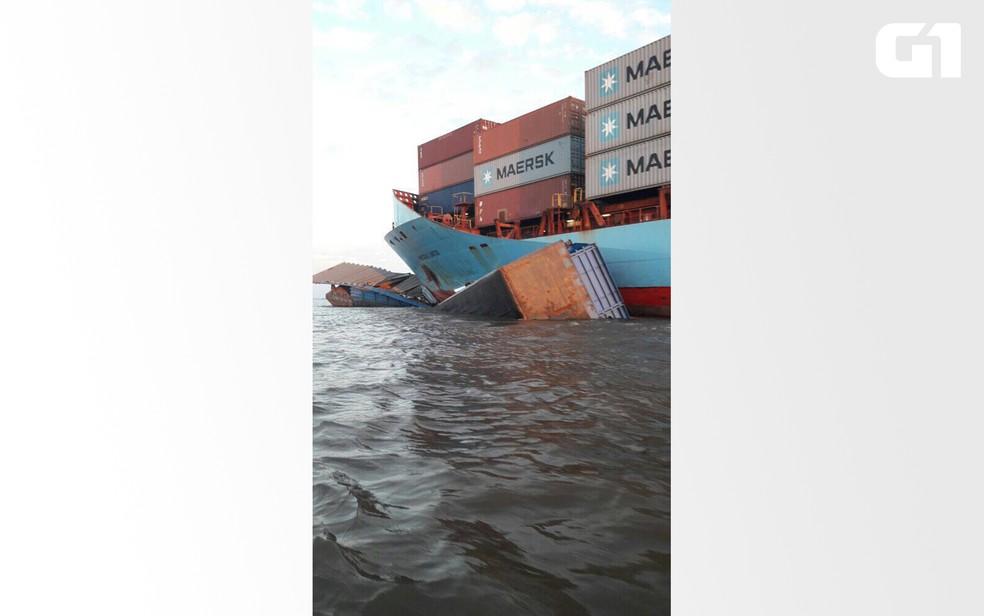 Balsa presa na proa do navio, no rio Amazonas, próximo ao porto de Óbidos (Foto: Reprodução/Redes Sociais)
