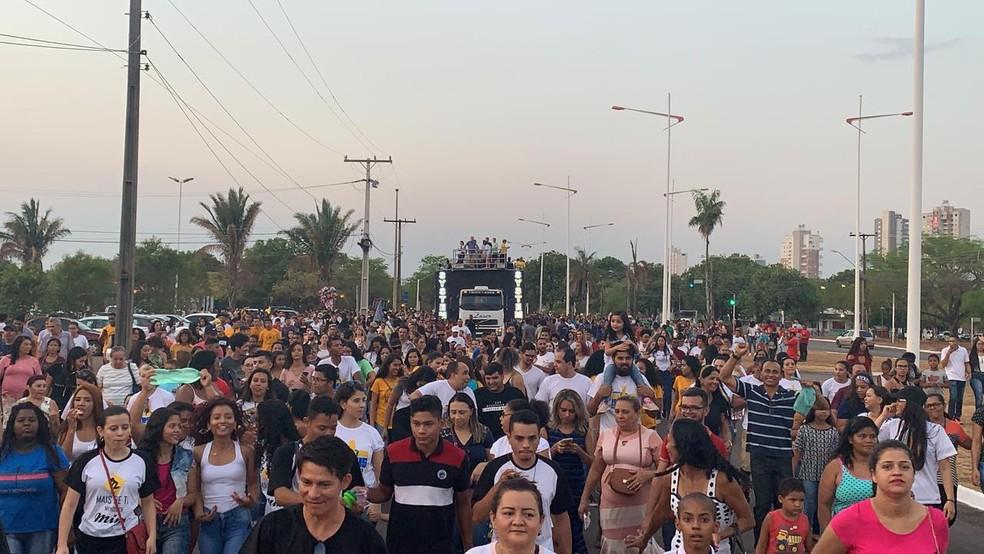 Fiéis percorrem avenidas de Palmas — Foto: Lucas Machado/TV Anhanguera