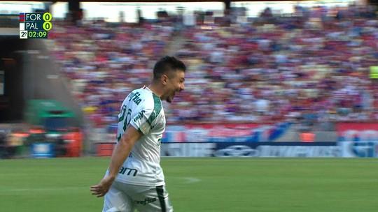 Willian aproveita sobra e conta com desvio para marcar o primeiro do Palmeiras; veja