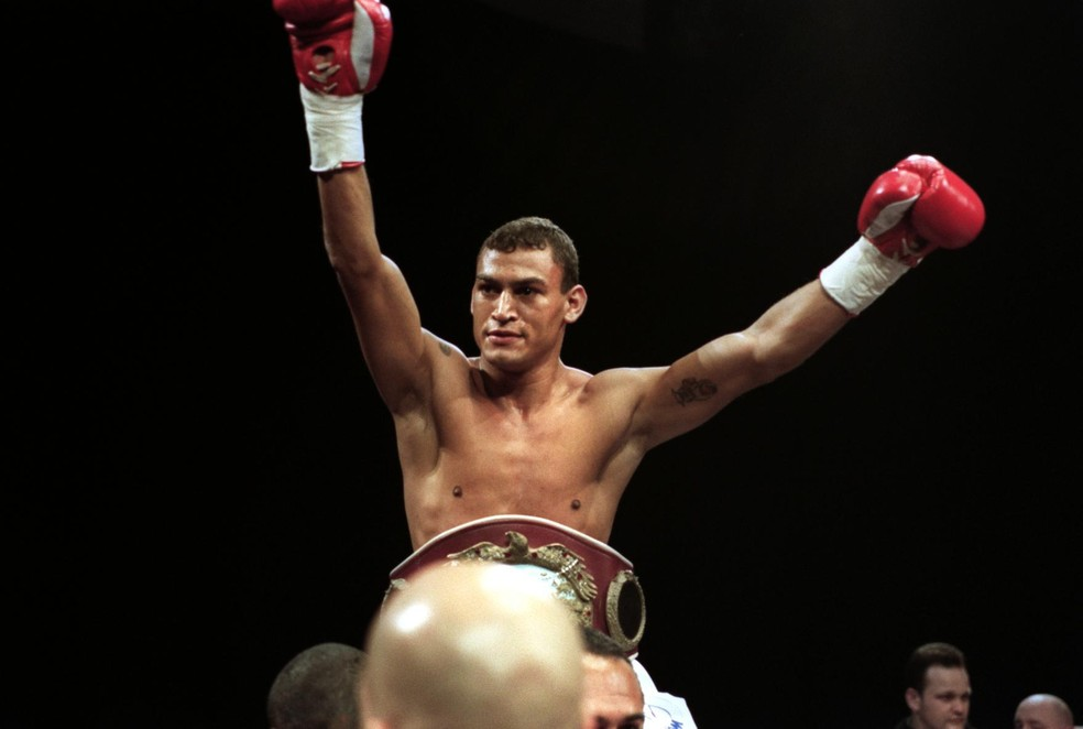 Acelino Popó Freitas com o cinturão de campeão mundial — Foto: Getty Images