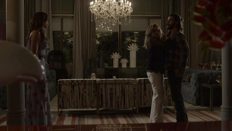 Lívia chega em casa bem na hora de ver o beijo de Sophia e Mariano (Foto: TV Globo)