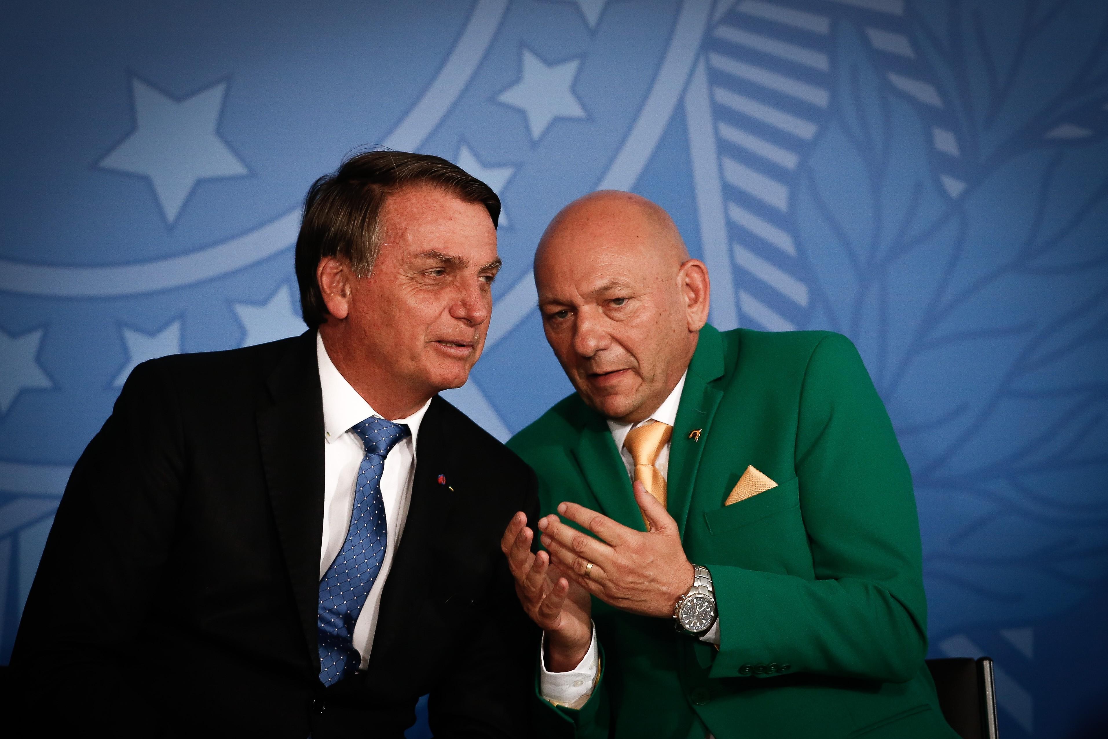 O presidente Jair Bolsonaro e o empresário Luciano Hang, no lançamento do programa Voo Simples