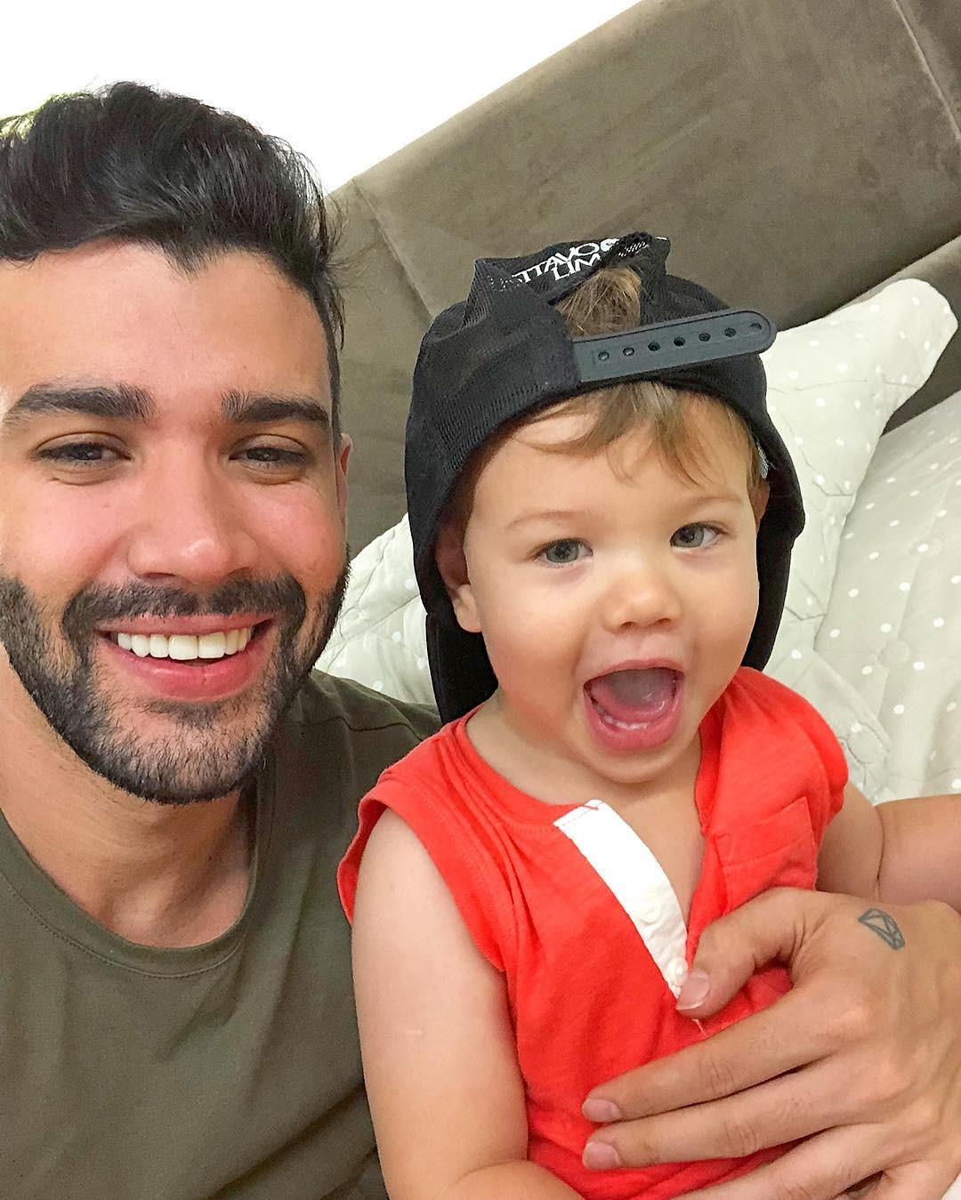 Seflie de pai e filho: Gusttavo Lima e o primogênito Gabriel (Foto: Reprodução / Instagram)