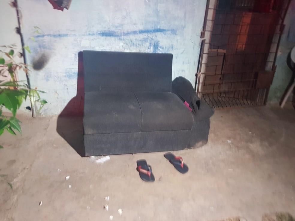 Vítima estava sentada em um sofá quando os criminosos chegaram no local. — Foto: Rafaela Duarte/ SVM