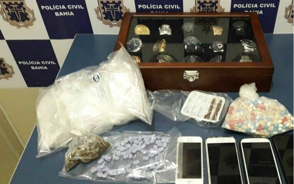Drogas e relógios sem nota fiscal foram apreendidos com empresário (Foto: Divulgação/Polícia Civil)