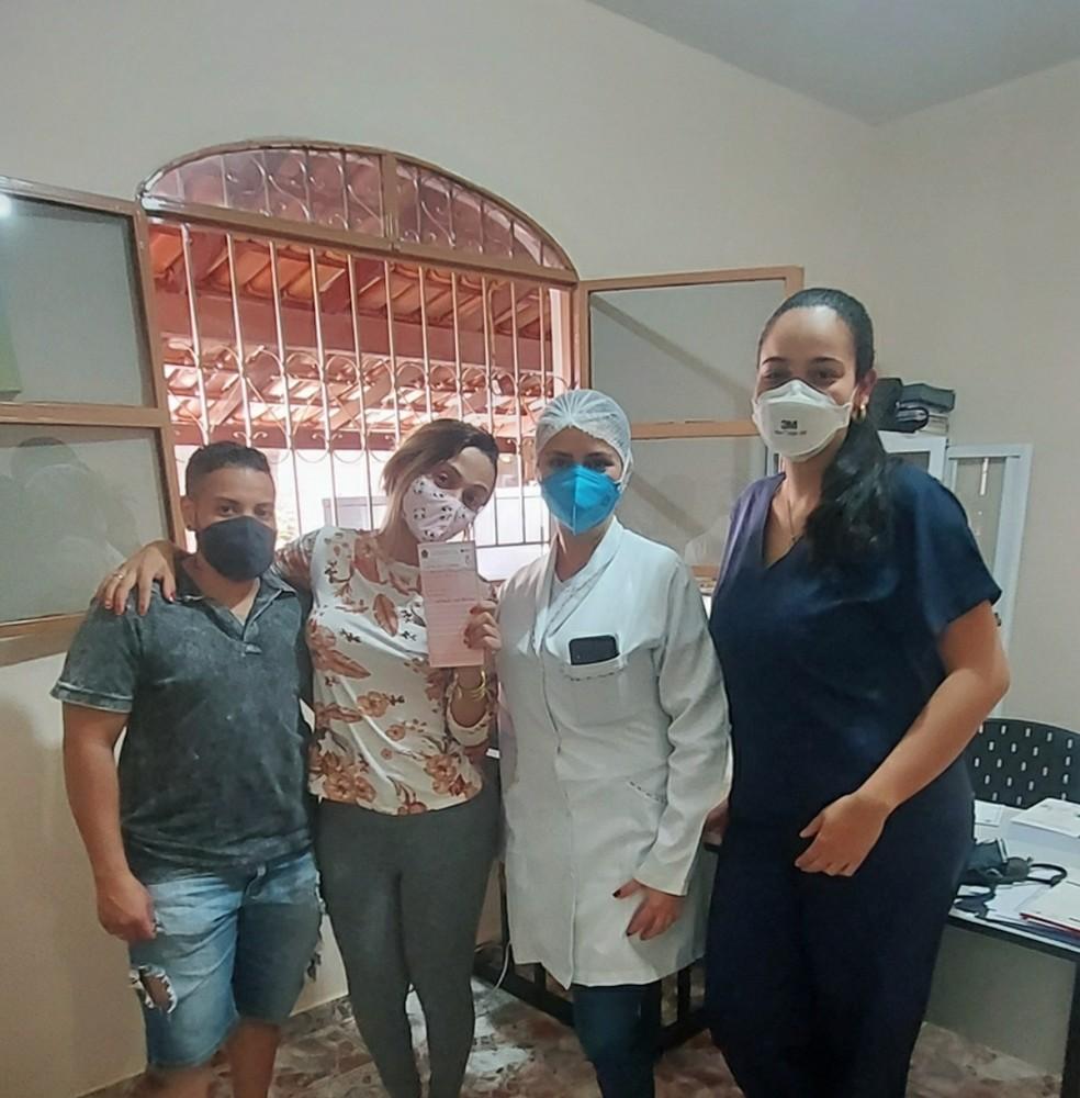 Primeira consulta do pré-natal de Rodrigo. Na foto, ele está com Ellen, a enfermeira Lorena e Isabella — Foto: Ellen Carine/Arquivo pessoal