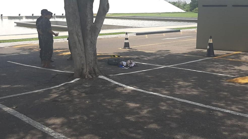 Militares inspecionam mala suspeita de conter bomba ou agente químico; objeto foi deixado próximo a Memorial JK, em Brasília — Foto: Corpo de Bombeiros/Divulgação