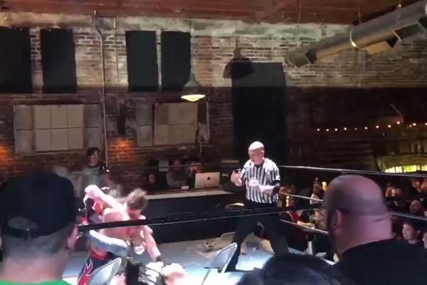 O ator David Arquette sendo agredido durante seu confronto com o lutador profissional Nick Gage (Foto: Instagram)