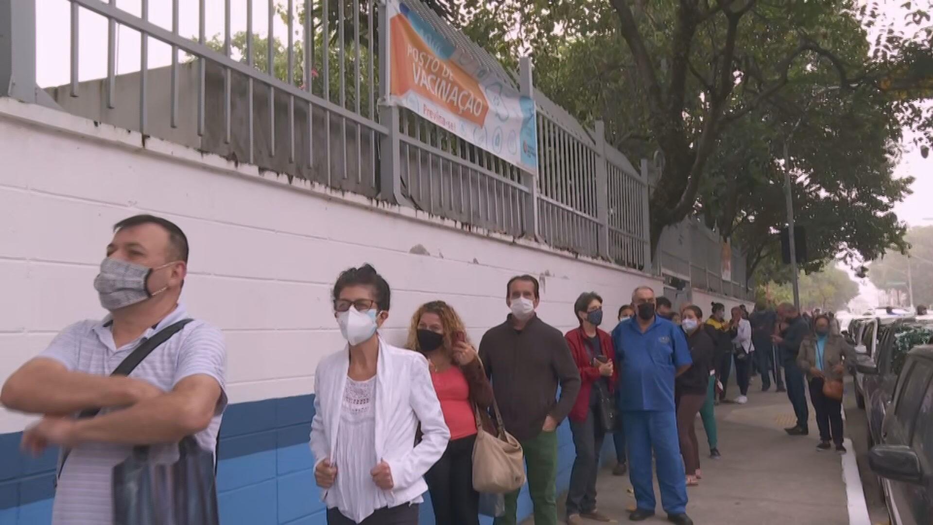 Postos de saúde da cidade de SP registram longas filas para vacinação contra Covid de idosos a partir de 60 anos