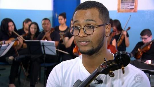 Sem parte do dedo, jovem aprende a tocar viola de arco com técnica própria e sonha estudar no exterior