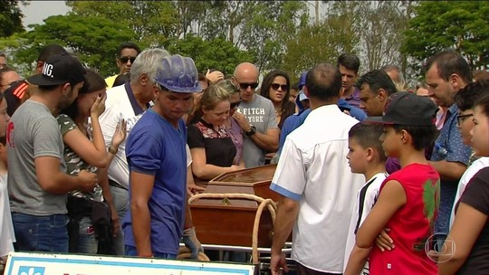 Corpos de estudantes mortos a tiros em escola são enterrados
