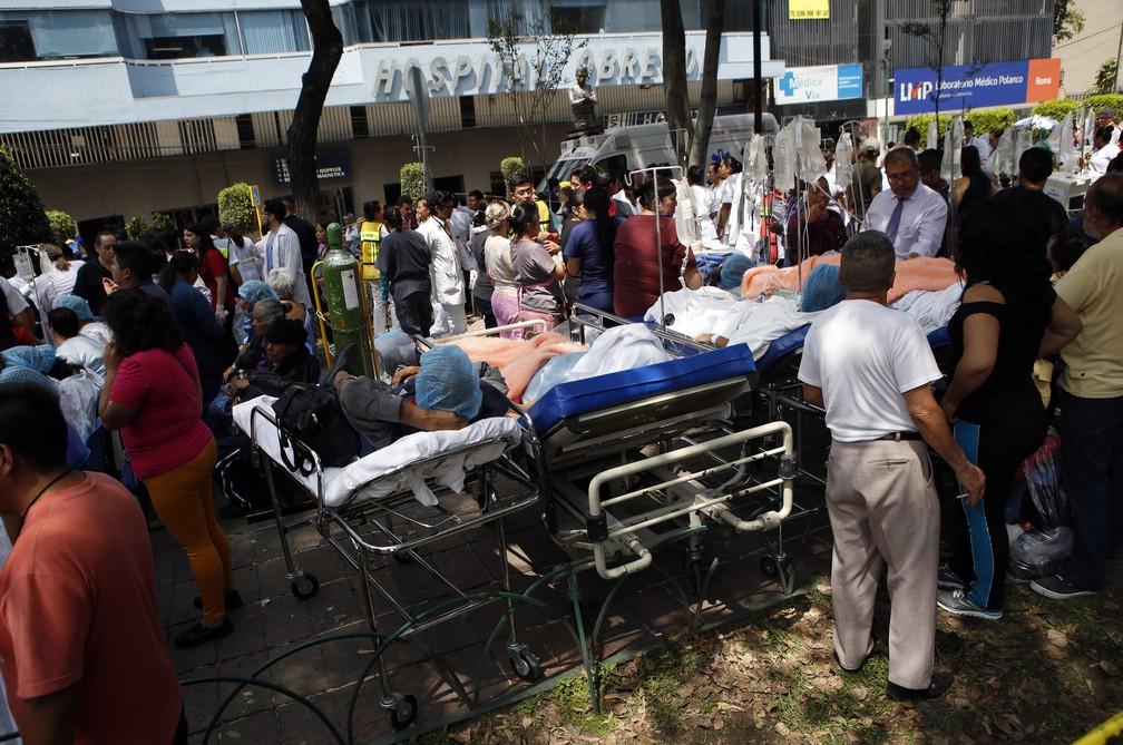 Pacientes em camas são vistos do lado de fora após hospital ser evacuado devido a tremor na Cidade do México (Foto: Marco Ugarte/AP Photo)
