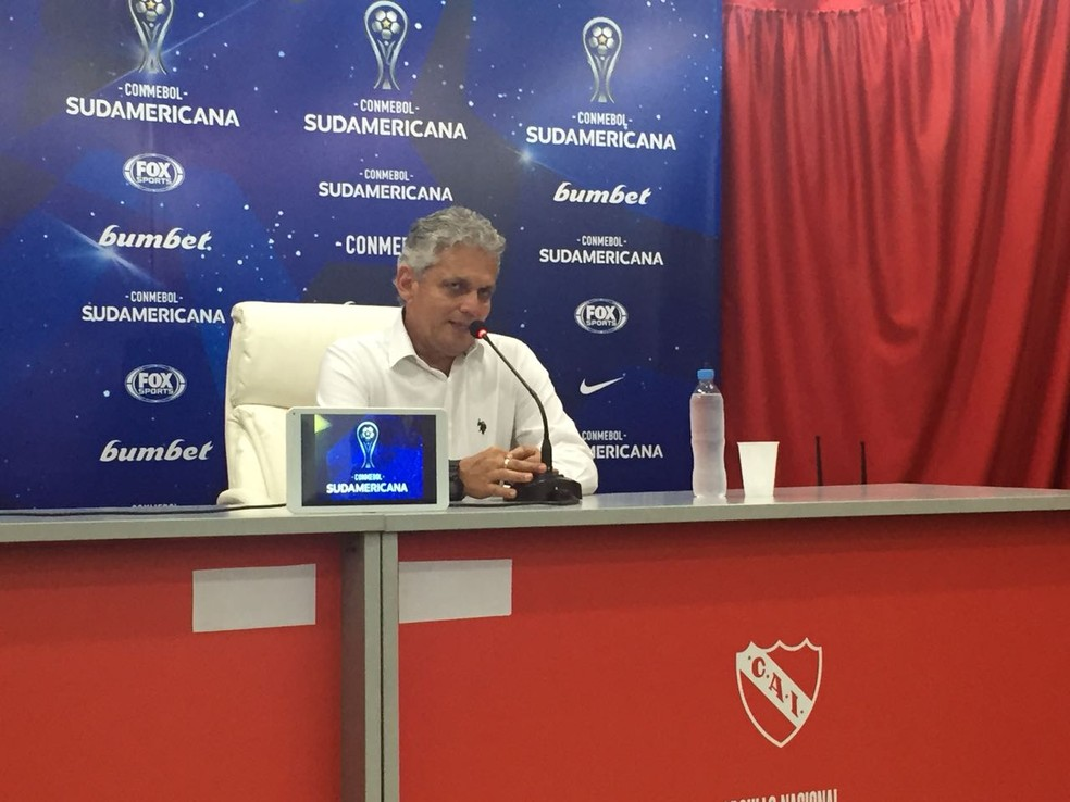 Rueda concede coletiva de imprensa após a derrota para o Independiente (Foto: Fred Gomes)