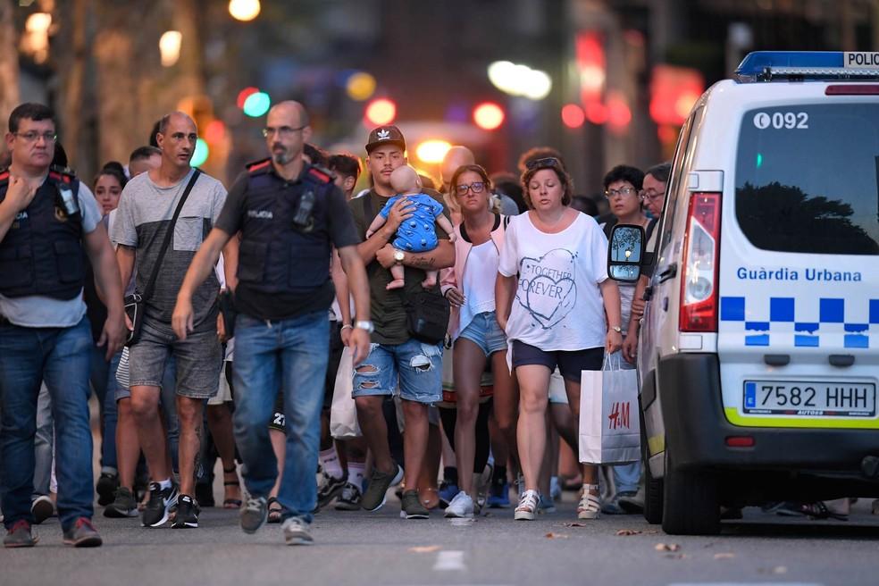 Polícia remove pessoas da área do atentado em região turística de Barcelona, na Espanha (Foto: Lluis Gene/AFP)