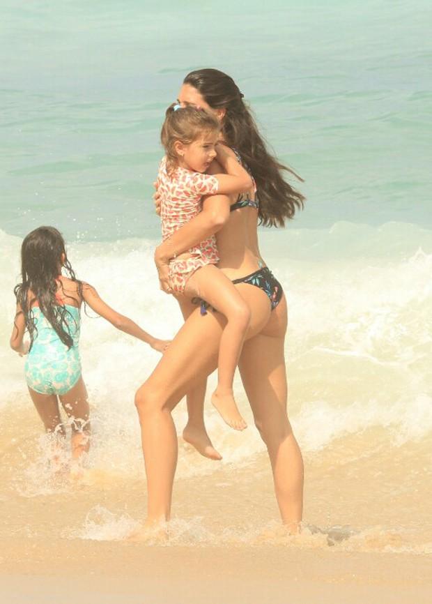 Daniella Sarahyba leva caçula para praia (Foto: Dilson Silva / AgNews)