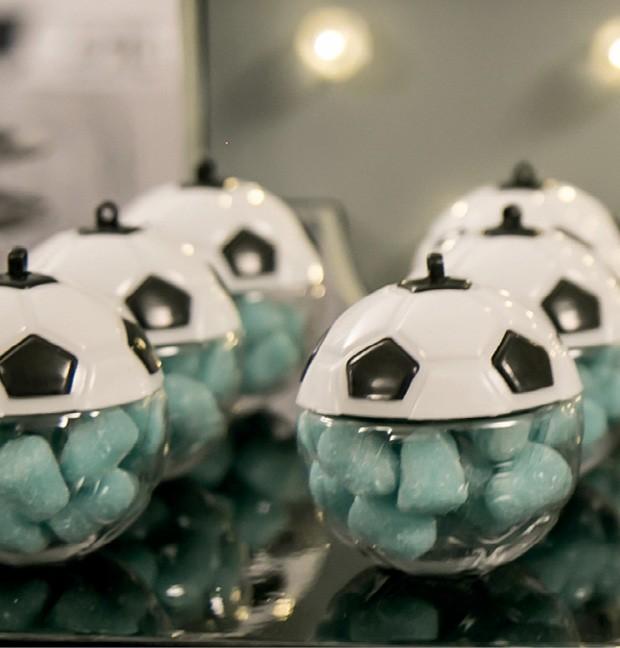 Guloseimas — As balinhas azuis foram usadas para preencher os potes em forma de bolas de futebol e fizeram a alegria da criançada. (Foto: Thaís Galardi)