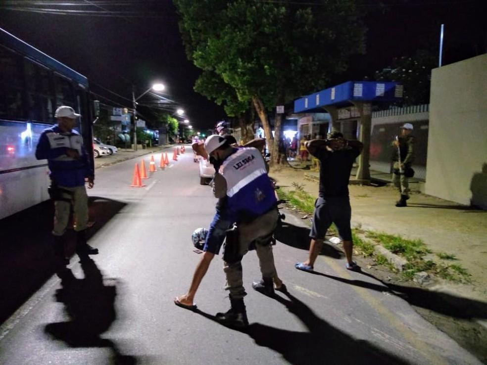 Durante a ação. veículos e condutores foram revistados — Foto: Ascom BPTran/Divulgação