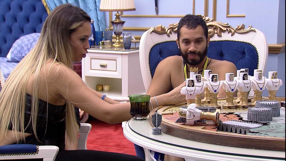 No Quarto do Líder, Gilberto e Sarah especulam sobre próximo Paredão no BBB21 — Foto: Globo