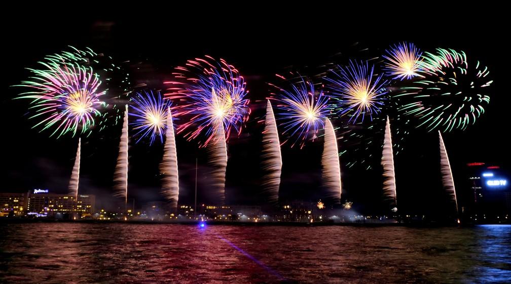 Fogos explodem sobre o rio Daugava em Riga, na Letônia, para marcar as celebrações de Ano Novo nesta quarta (1º). — Foto: Ints Kalnins/Reuters