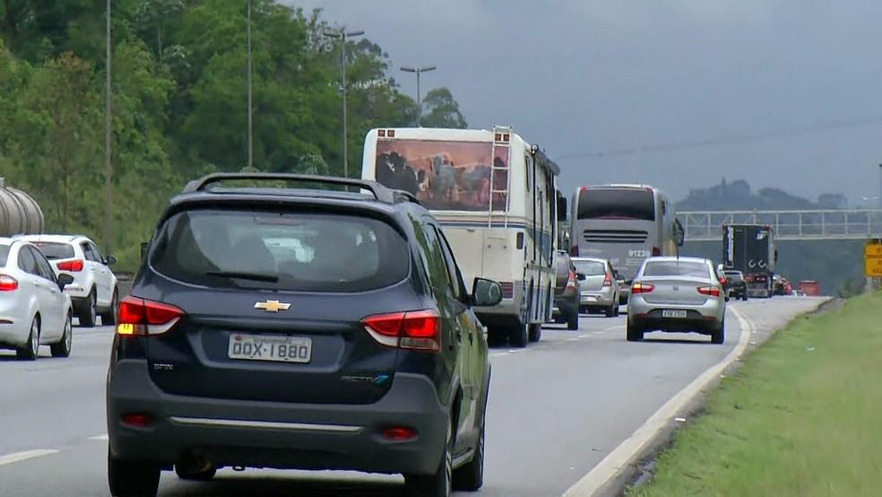 Rodovia Presidente Dutra apresenta trânsito carregado nesta sexta — Foto: Reprodução/TV Globo