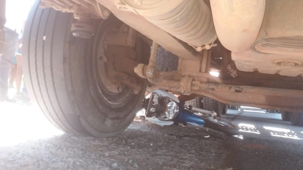 Moto acabou embaixo da carreta após o acidente — Foto: Divulgação/PRF