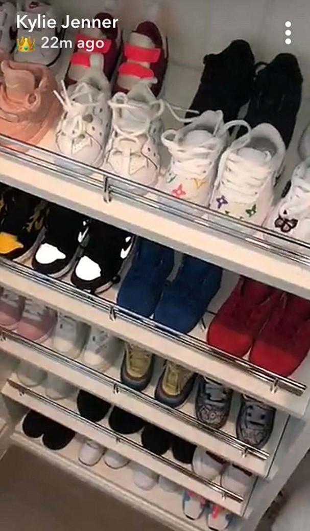 O closet de sapatos de Stormi Jenner (Foto: Snapchat/Reprodução)