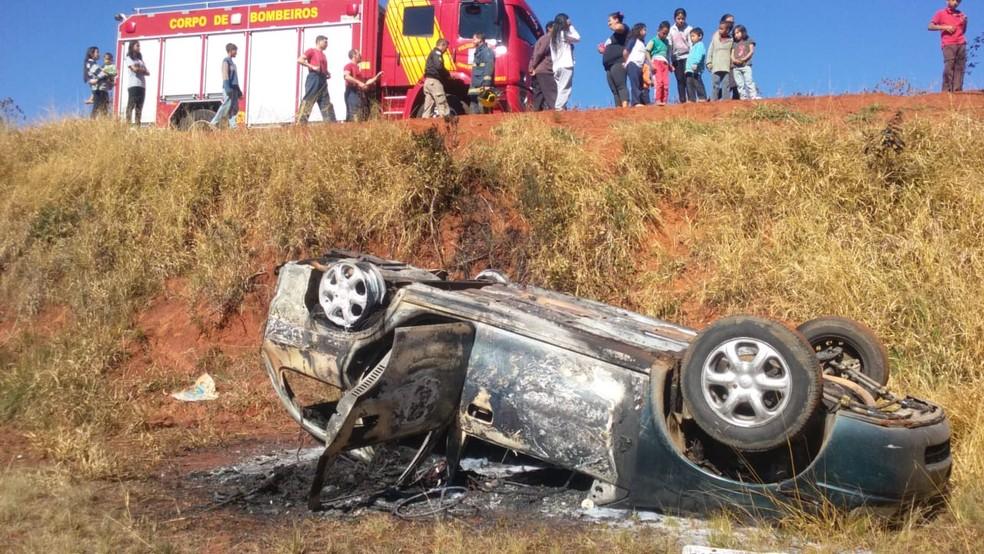 Carro roubado é encontrado em chamas após acidente em Ponta Grossa, diz polícia — Foto: Reprodução/RPC/Zé Iran Programa COP