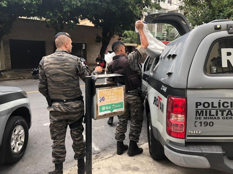 Policiais levam ao MP documentos apreendidos durante operação — Foto: Carlos Amaral/G1