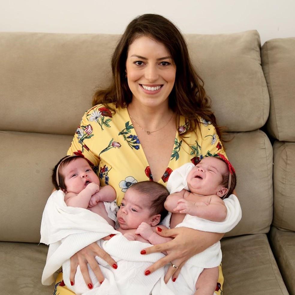 Renata e os trigêmeos ainda bebês — Foto: Reprodução/Redes sociais