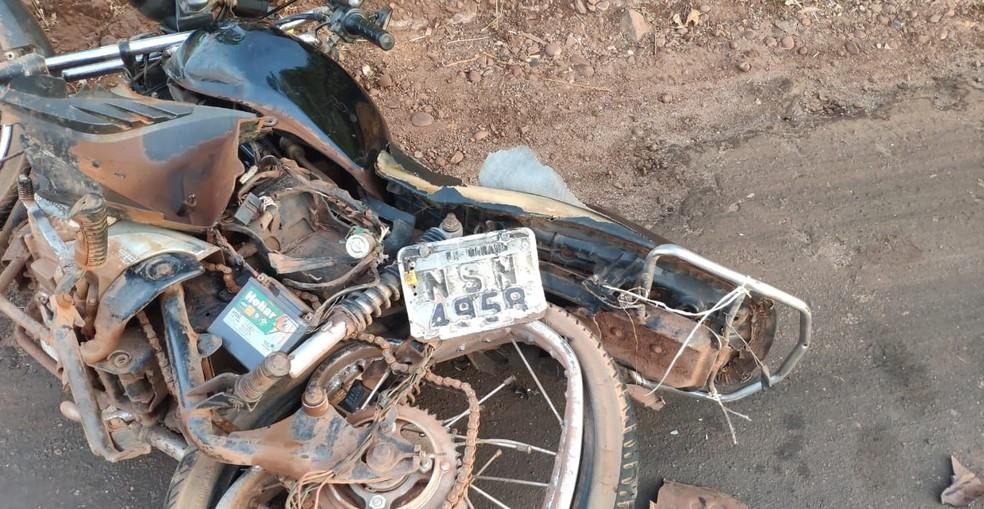 Colisão em Porto Franco envolveu uma motocicleta de placas do município de Marabá, no estado do Pará, e um carro de passeio — Foto: Divulgação/Polícia Rodoviária Federal