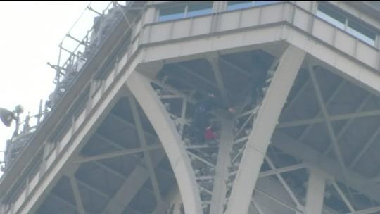Homem que escalou Torre Eiffel é detido pela polícia após 6 horas