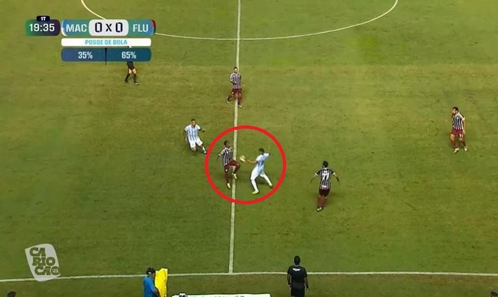Joia roubou a bola e puxou o contra-ataque do gol anulado de Luiz Henrique — Foto: Reprodução / PPV do Carioca