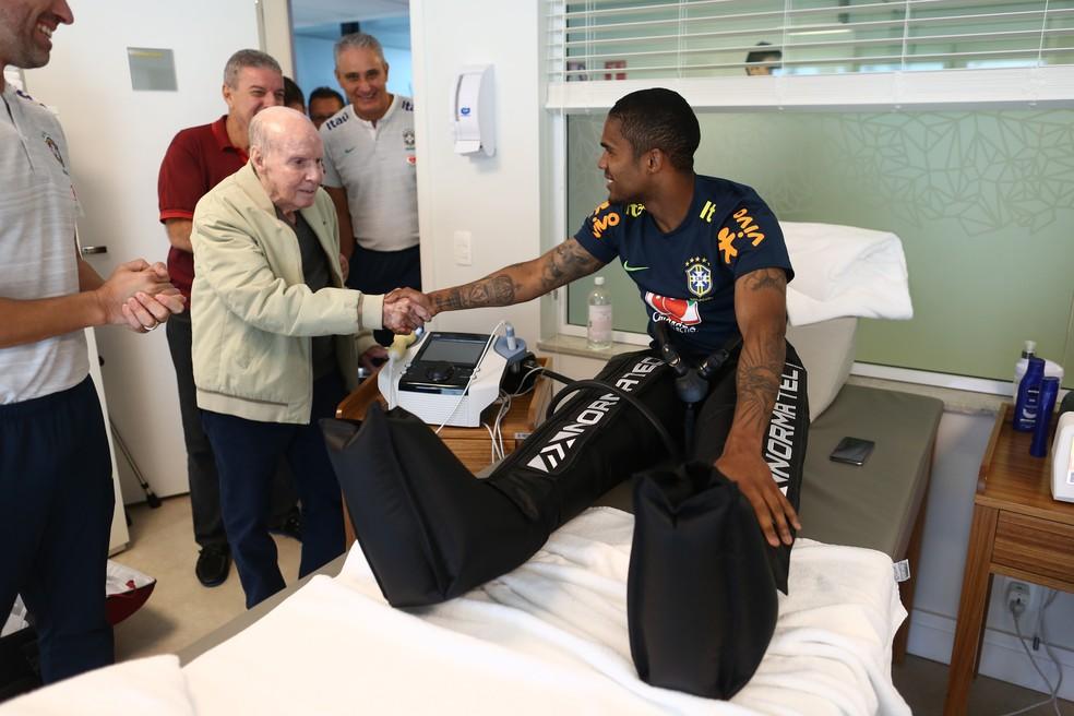 Douglas Costa, em tratamento de lesão na coxa, conversa cumprimenta Zagallo (Foto: Lucas Figueiredo / CBF)