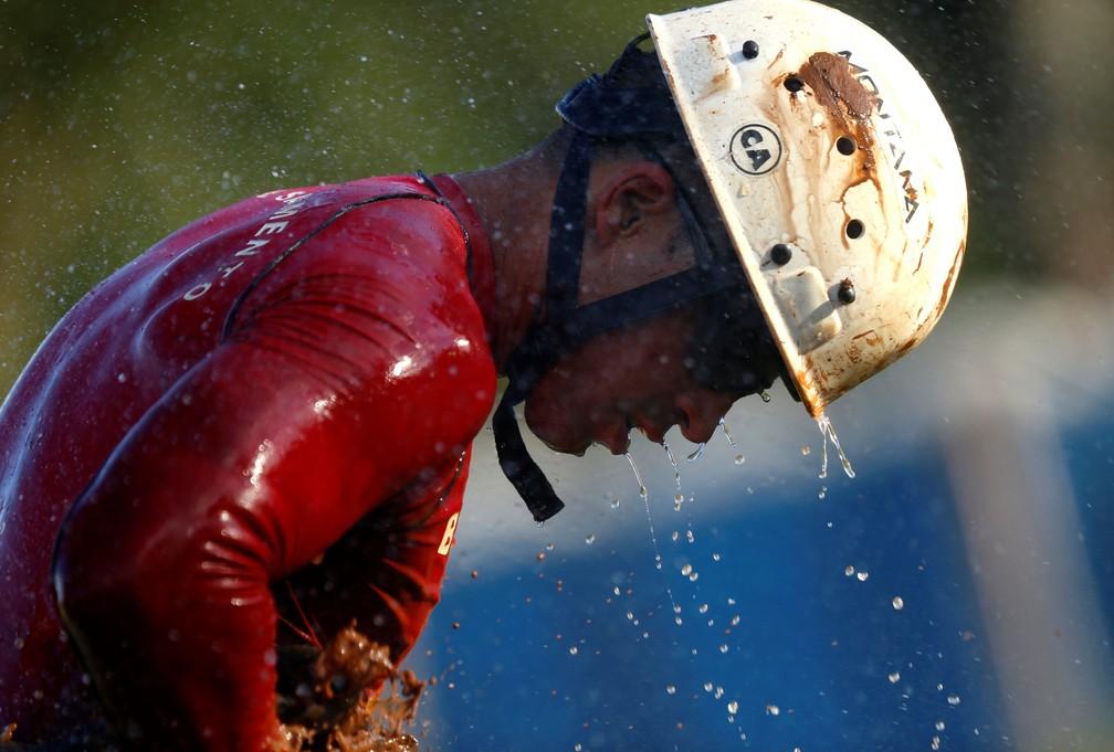 Membro de equipe de resgate se limpa da lama depois de retornar de missão, dois dias depois do rompimento da barragem da Vale em Brumadinho. — Foto: Adriano Machado/Reuters