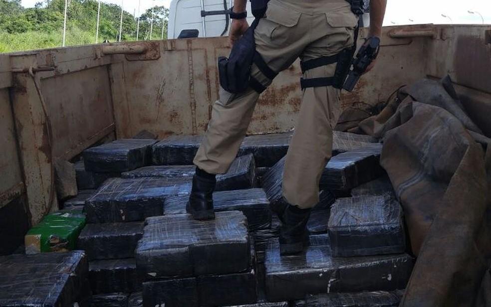 Agentes federais faziam o trabalho de fiscalização quando abordaram a carreta (Foto: Divulgação/PRF-SE)
