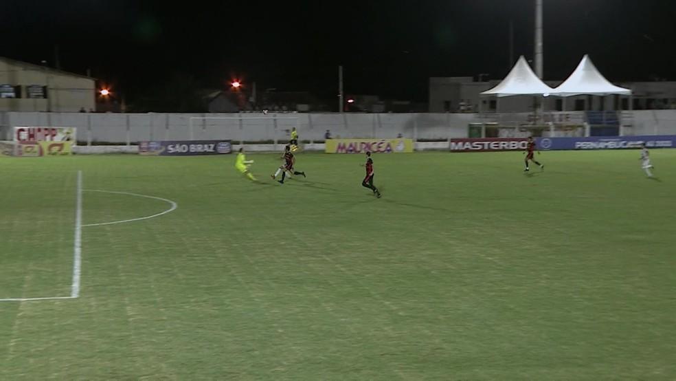 Goleiro do Sport, Luan Polli, sai da área, perde tempo, mete a mão na bola e é expulso — Foto: Rerprodução