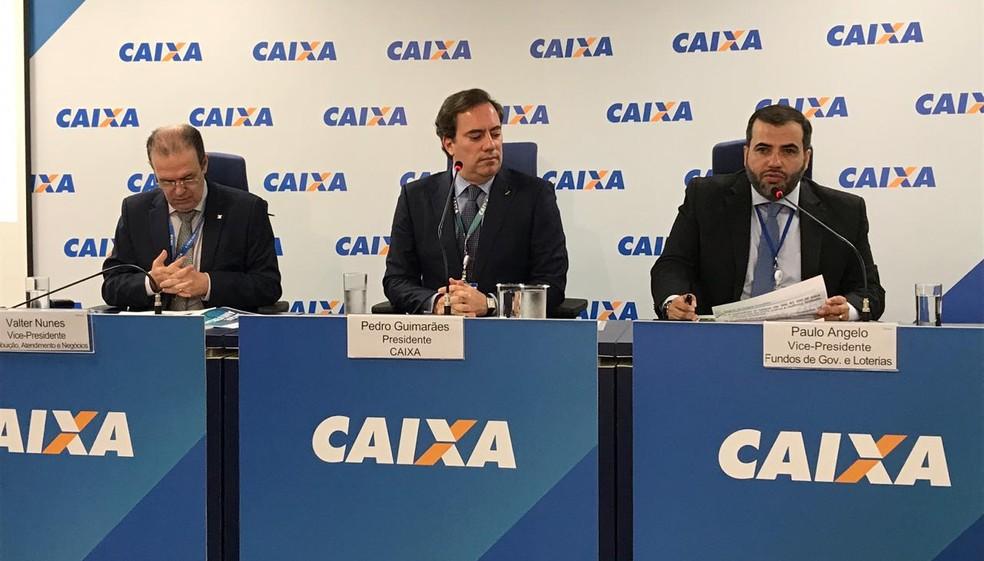 O presidente da Caixa, Pedro Guimarães (centro), apresentou o calendário de saques do FGTS  — Foto: Laís Lis/G1